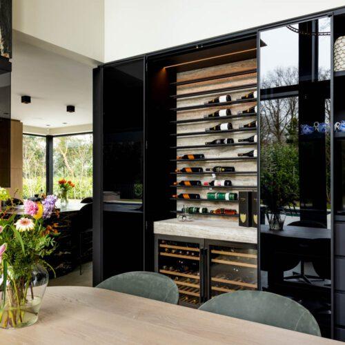Stalen pui in keuken wijnkasten