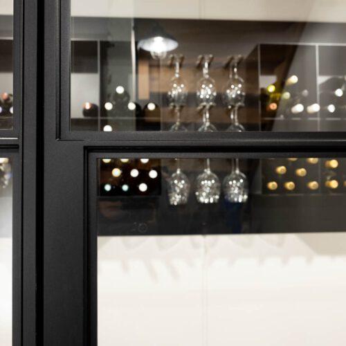 Stalen taatsdeur in wijnkelder