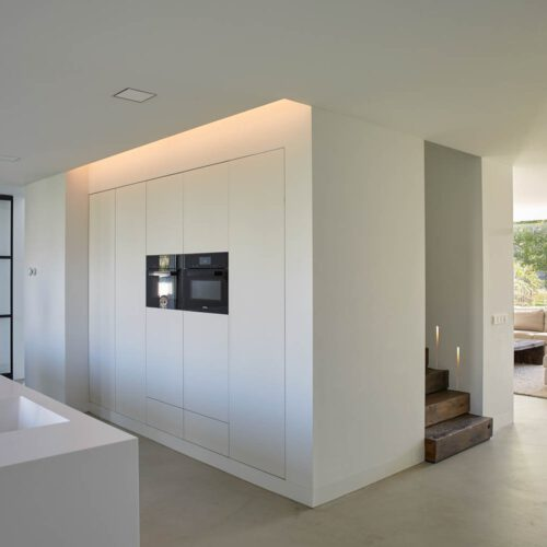 Stalen taatsdeur in witte keuken
