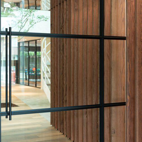 Stalen taatsdeuren houten panelen