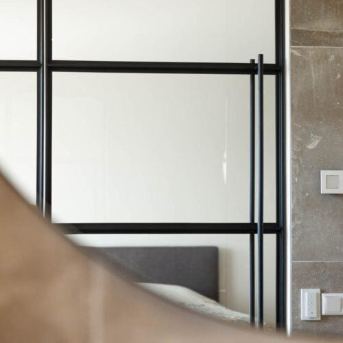 Stalen taatsdeuren in badkamer