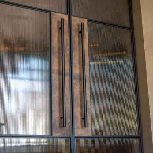 Stalen taatsdeuren met geribbeld glas