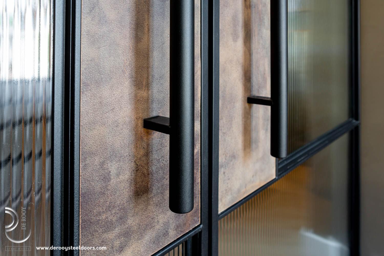 Stalen taatsdeuren met leer detail