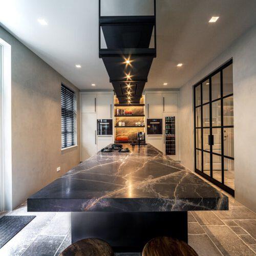 Stijlvolle keuken met stalen deuren