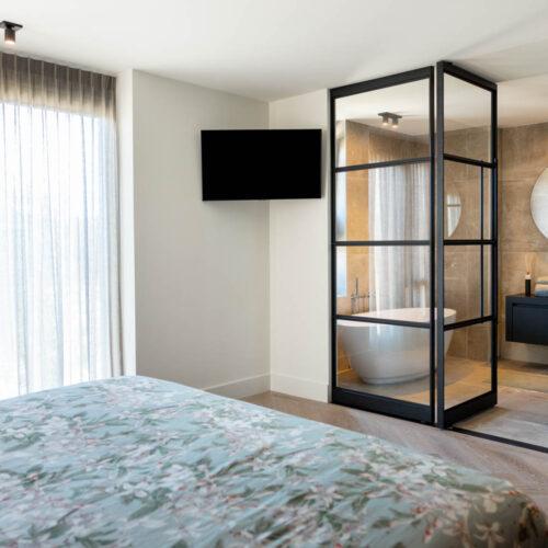 Taatsdeur met zijpaneel in slaapkamer