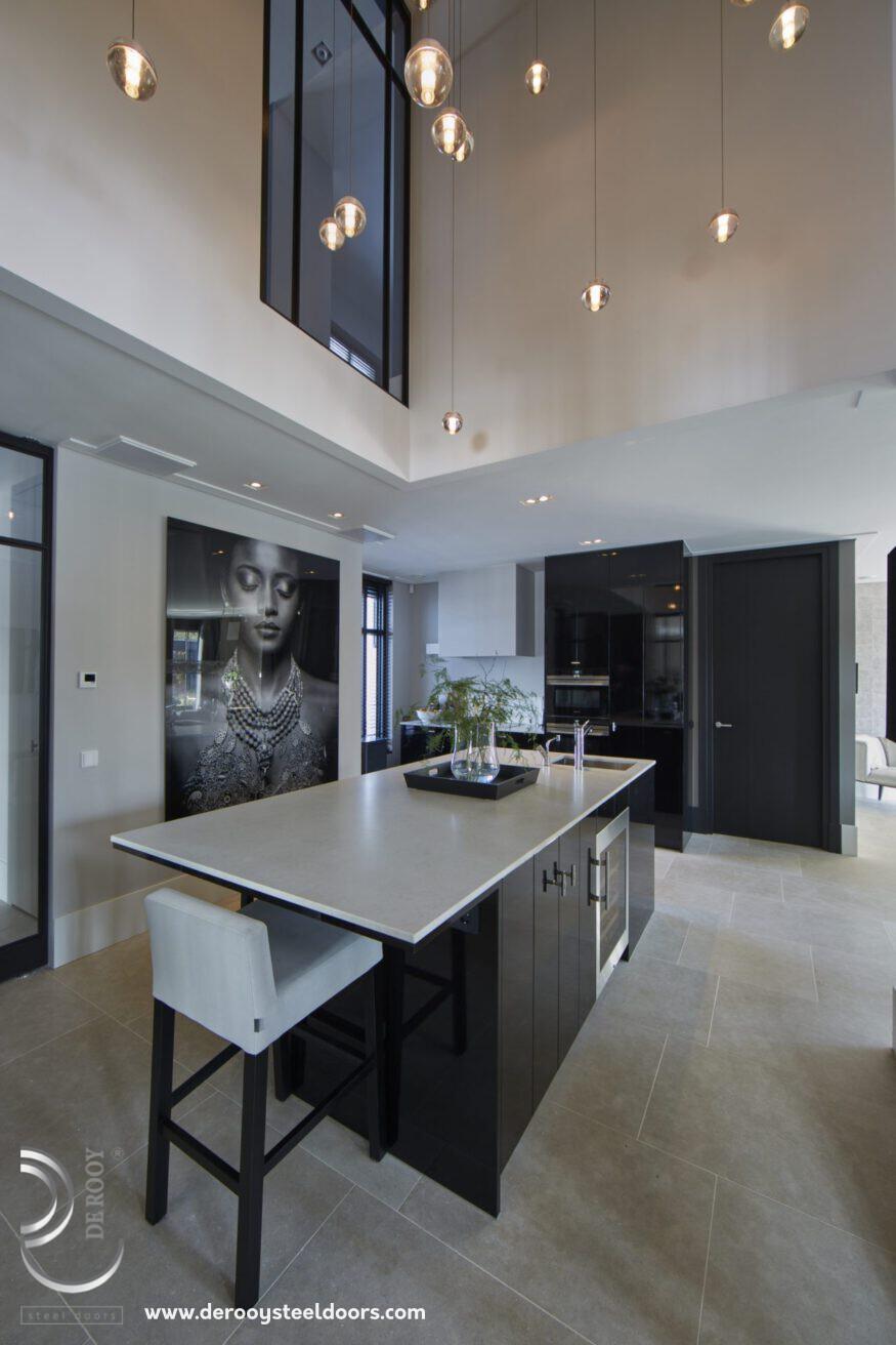 Stalen deuren in villa, keuken