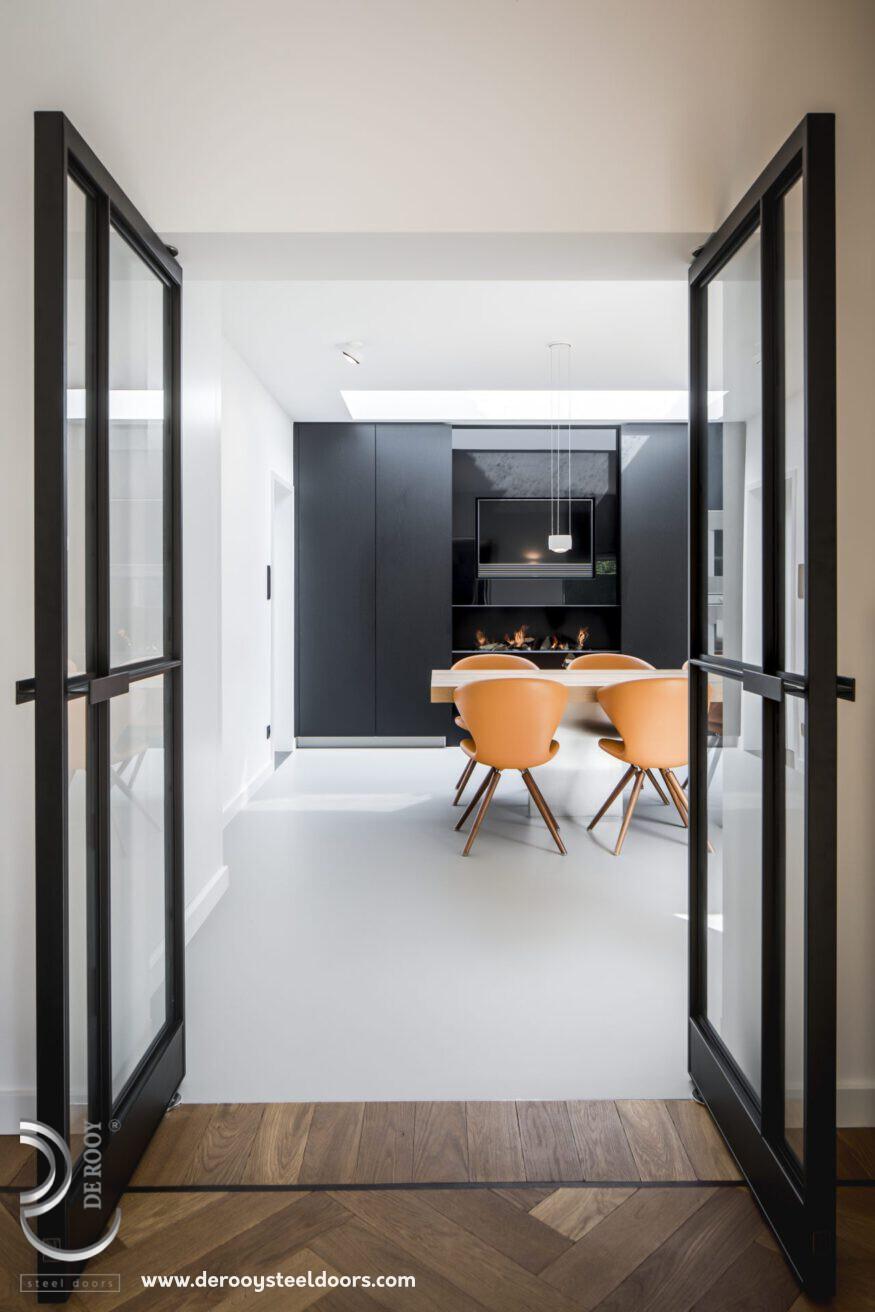 Stalen binnendeuren in luxe keuken