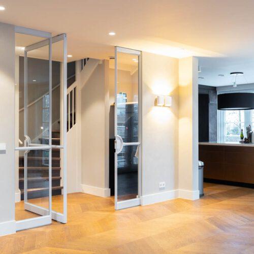 Witte stalen deur met twee vaste panelen
