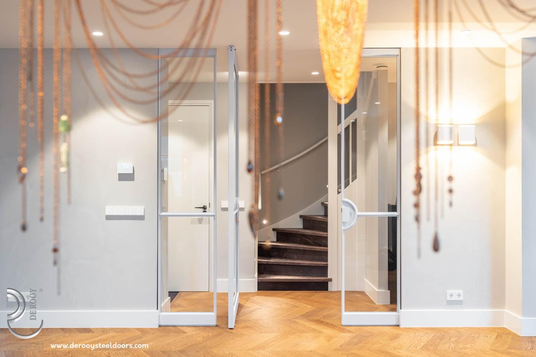 Witte stalen deur met vast paneel