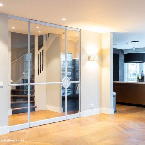 Witte stalen deuren met panelen