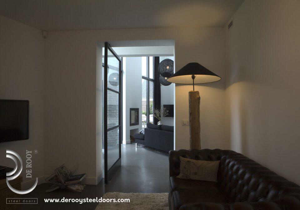 Project in Oirschot. Architecten gebruiken graag FritsJurgens' scharnier omdat de deur daardoor geen kozijn nodig heeft.