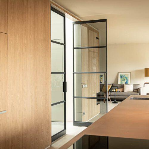 dubbele openslaande stalen deuren keuken