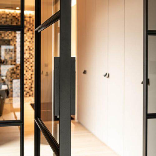 enkele deur met paneel getint glas