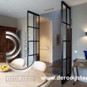 klassieke woning met stalen deuren