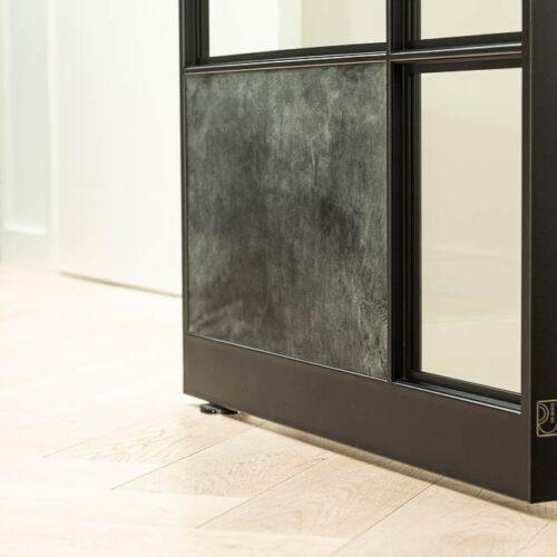 stalen deur met glas en leer