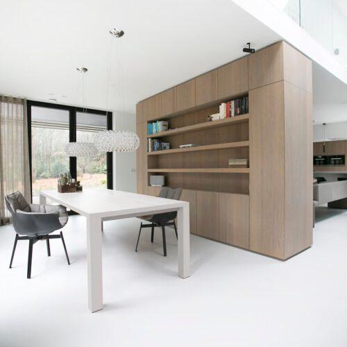 Foto van een keuken met een stalen deur van De Rooy Metaaldesign