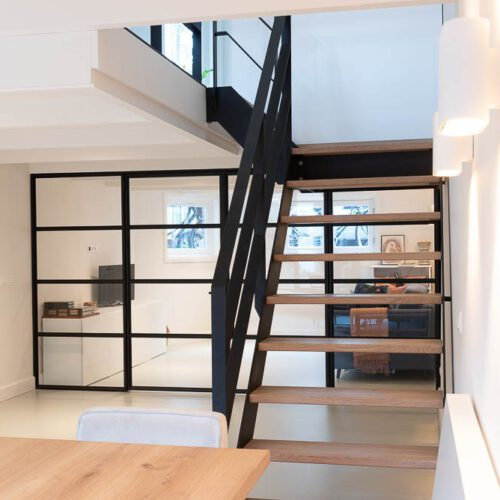 stalen trap en deur