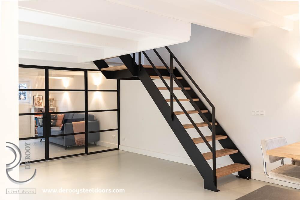 trap en stalen deur