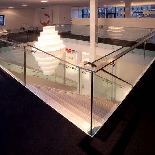 Trappen met glazen wand en hekwerk in Vught